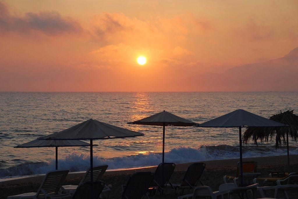 пляж Крита во время заката