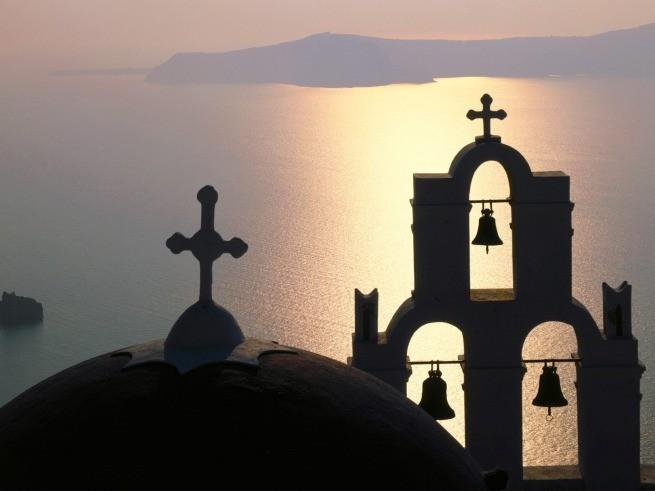 церковь на закате на Санторини