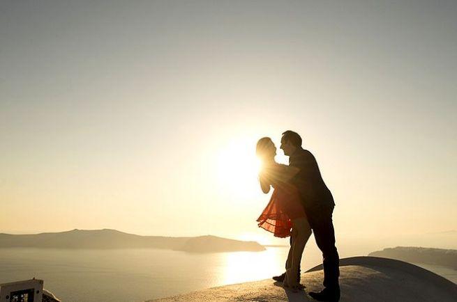 влюбленная пара на Санторини