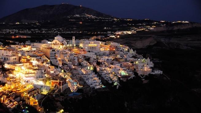 вид на ночную Фиру - столицу Санторини