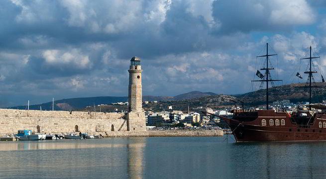 маяк на набережной в Ретимно