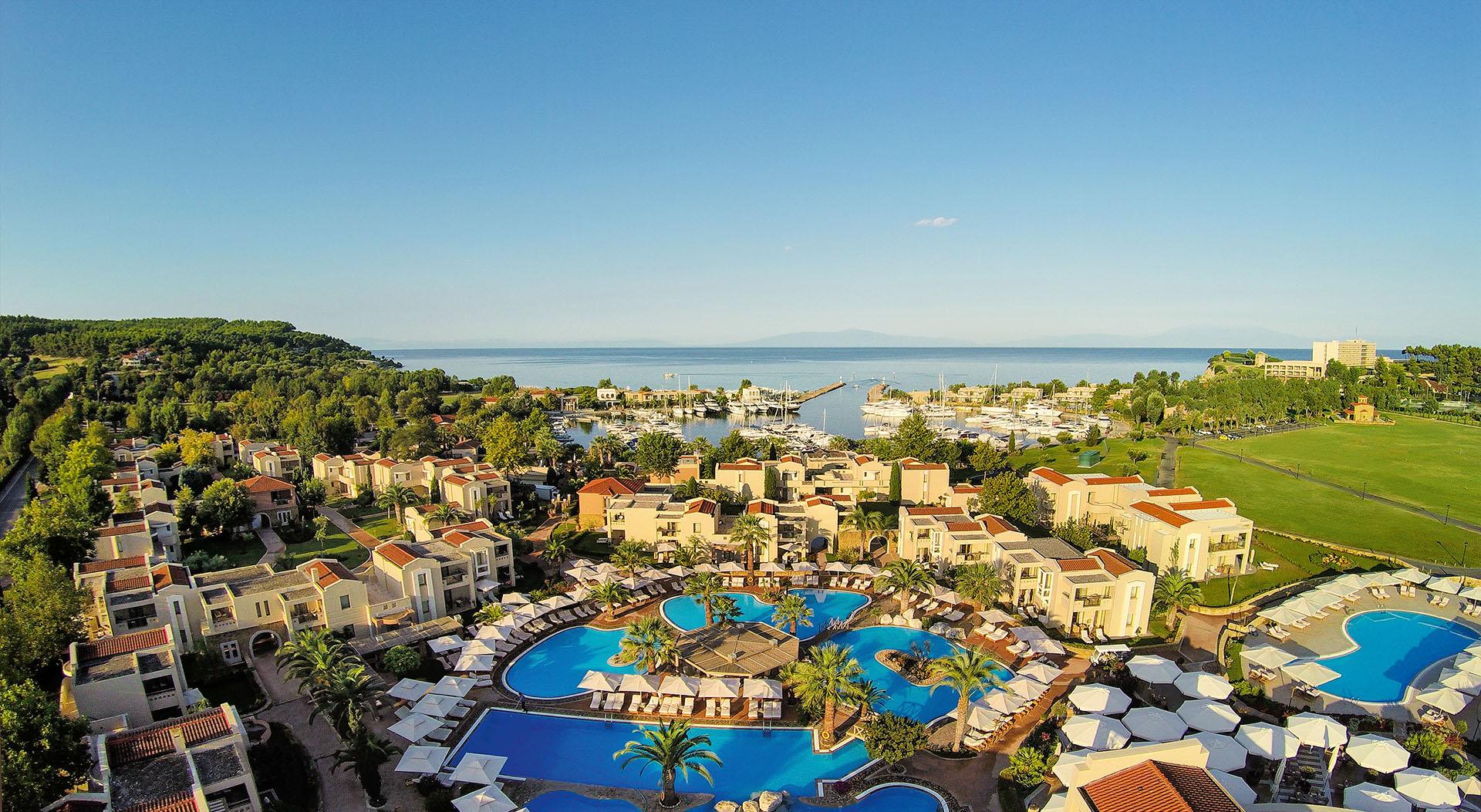 Привлекательные специальные предложения от отелей курорта Sani Resort на апрель-май 2016 года