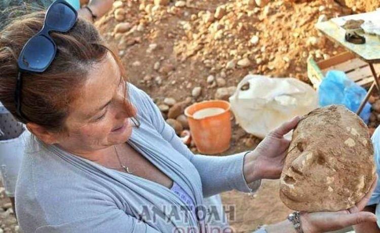 На Крите археологи обнаружили древнюю глиняную маску