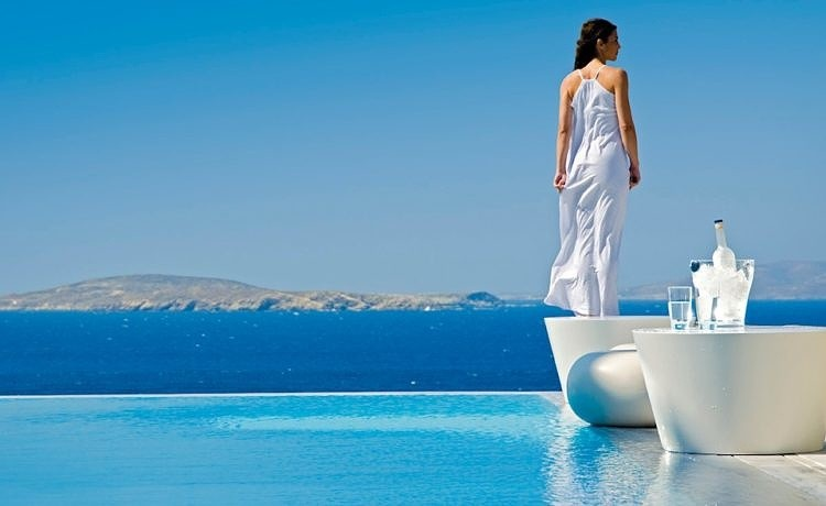 Санторини и Миконос среди самых дорогих августовских направлений Европы
