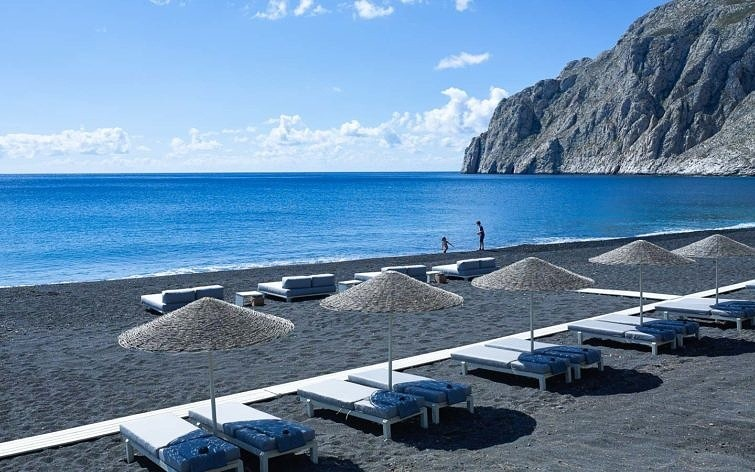 Камари на Санторини: курортная жизнь на черном пляже