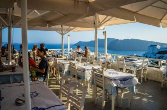 В кафе Греции без маски