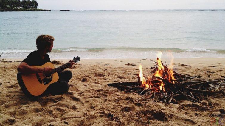 Гитара — важный атрибут в походе
